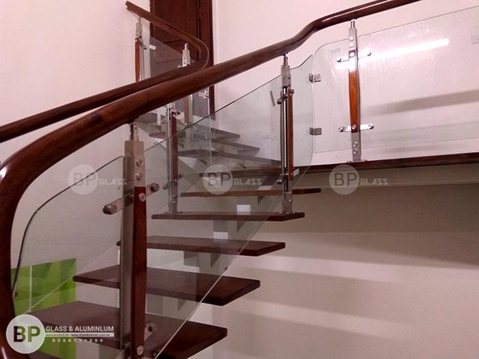 Các mẫu cầu thang kính xương cá đẹp cho không gian nhà nhỏ