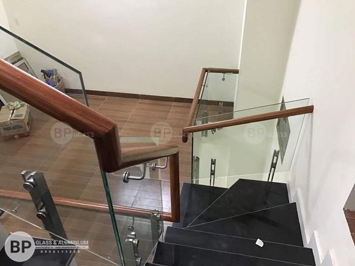 Cầu thang bằng kính cường lực điểm nhấn sang  tạo cho phòng khách