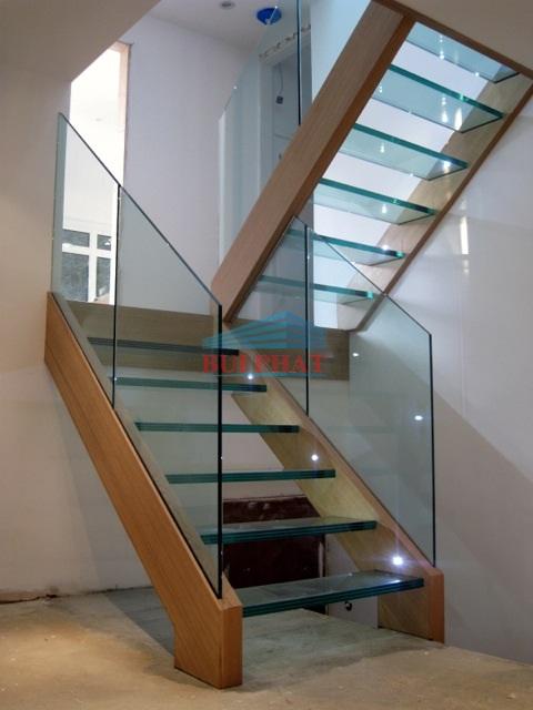 Cầu thang kính hiện đại nhà anh Trung Thái Hà