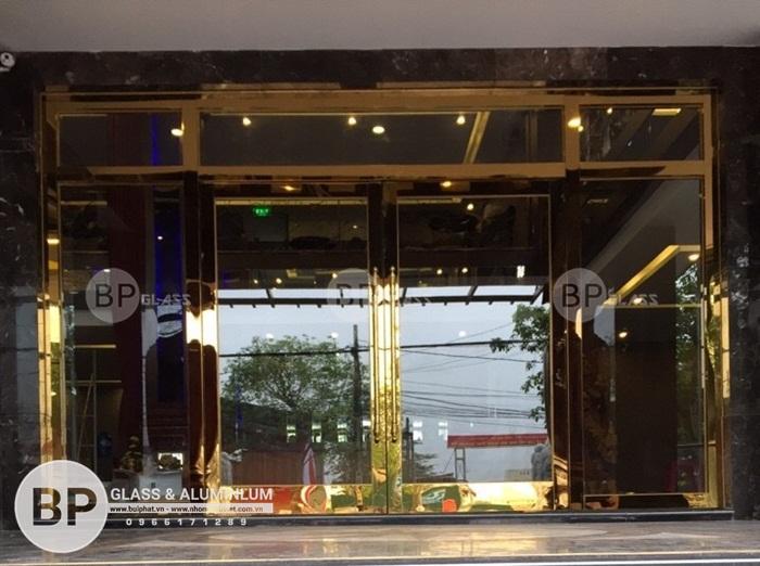 Có nên làm cửa kính cường lực inox mạ vàng hay không?