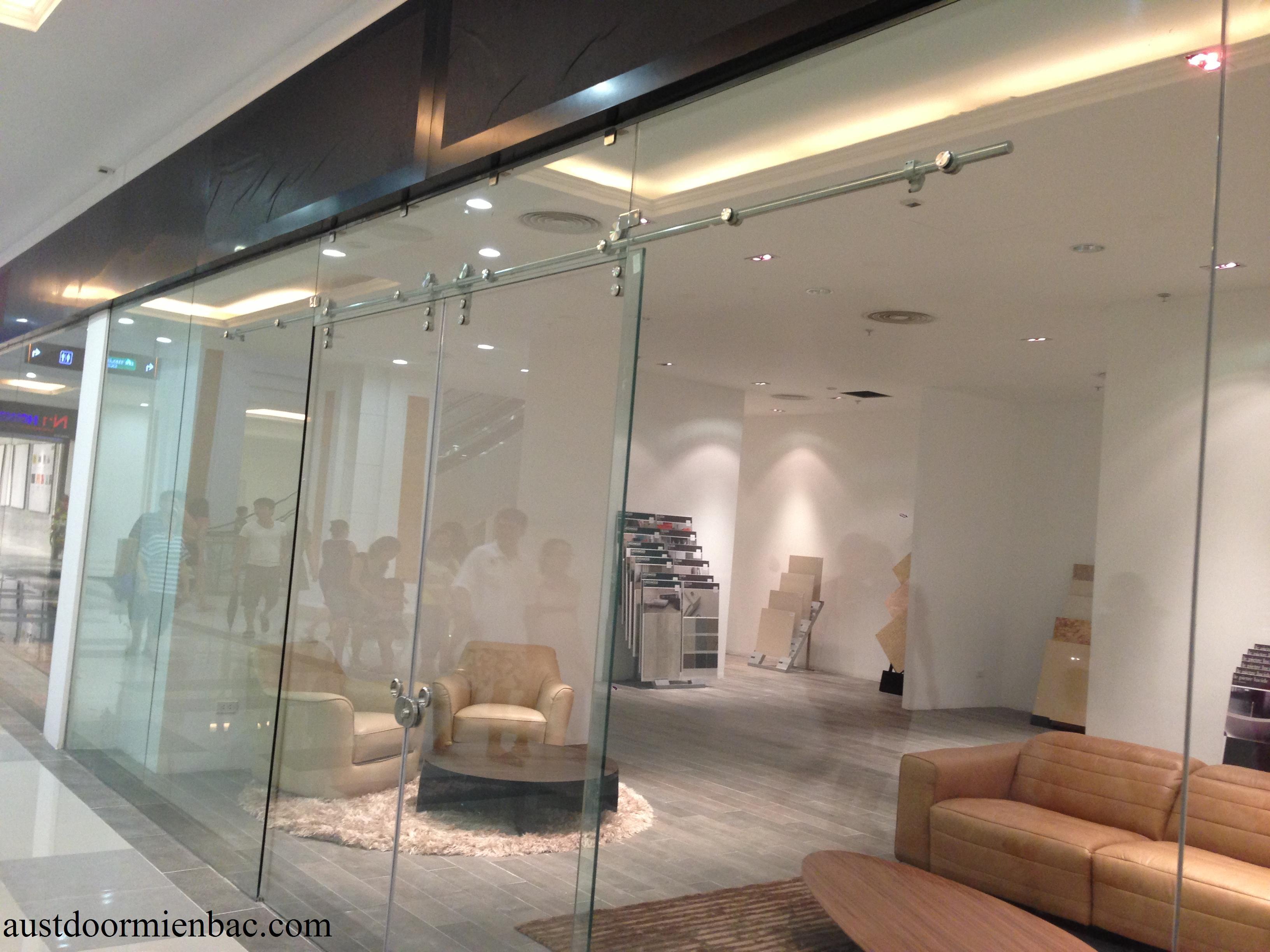 Hỏi kích thước chiều rộng và cao của cửa kính trượt treo thông dụng?