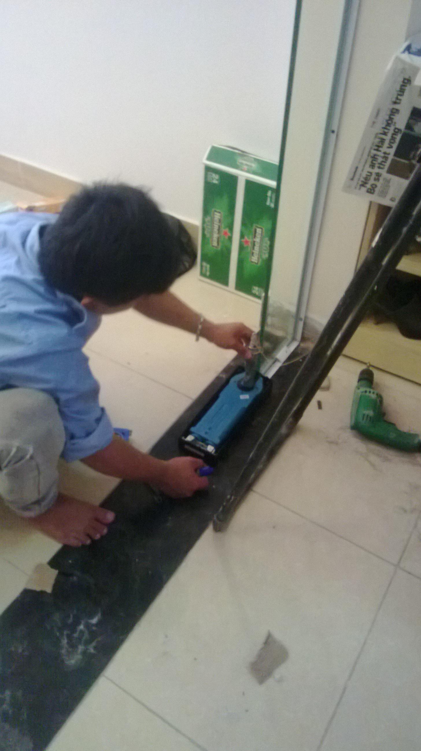Hướng dẫn cách sửa cửa kính cường lực cánh bị xệ