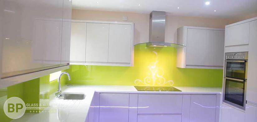 Kính màu ốp bếp xanh non họa tiết trang trí hiện đại