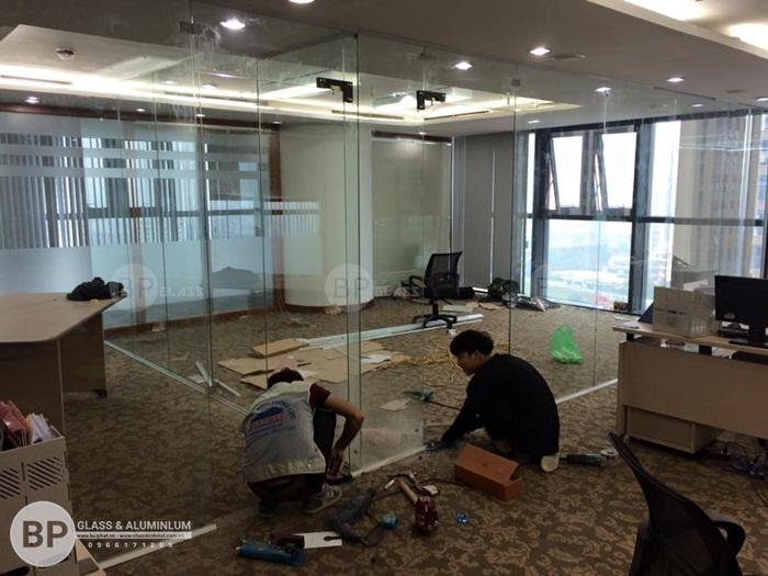 Lắp cửa kính văn phòng chuyên nghiệp & báo giá thi công mới nhất