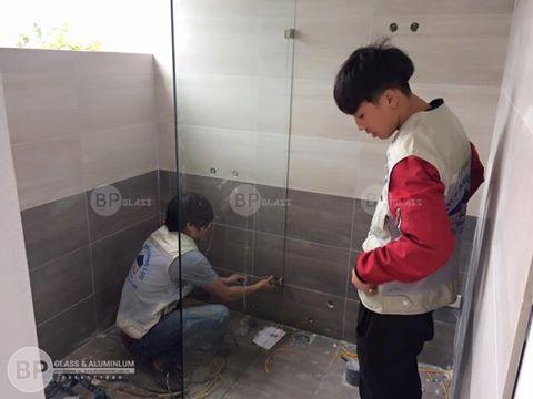 Lắp đặt vách kính phòng tắm tại Nghi Tàm Hà Nội