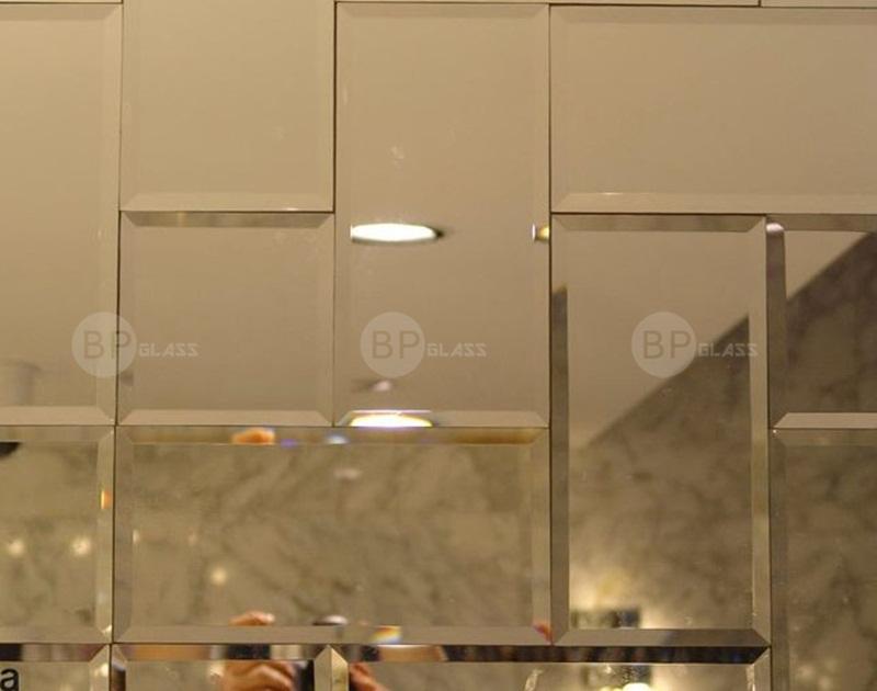 Lắp gương ghép vuông, chữ nhật trang trí phòng khách nhà anh Hùng Timecity