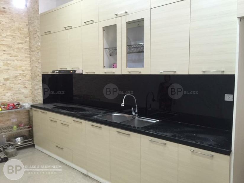 Lắp kính ốp bếp màu đen tại chung cư The Manor