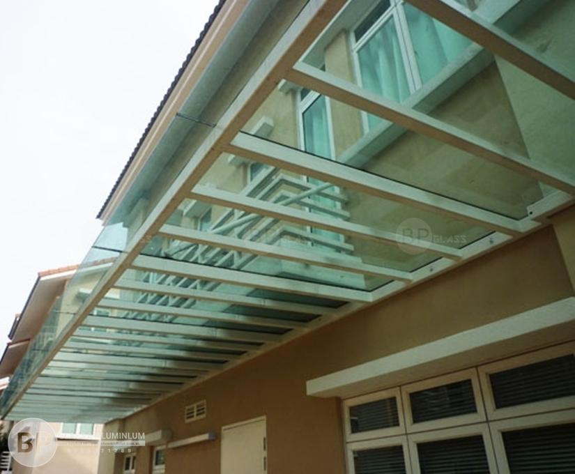 Mái che kính cường lực giúp ngôi nhà thêm thông thoáng