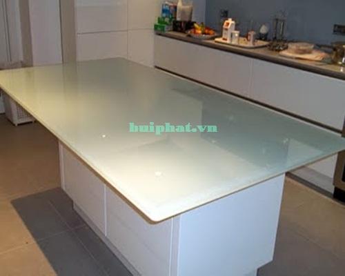 Mặt bàn bằng kính gam màu trắng xanh trang nhã