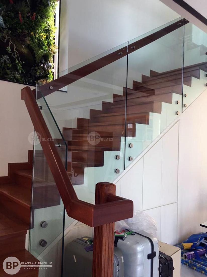 Nên chọn cầu thang kính vuông hay tròn?