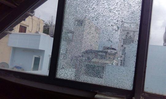 Nguyên nhân Hàng loạt cửa kính nhà dân ở trung tâm Sài Gòn bị bắn vỡ