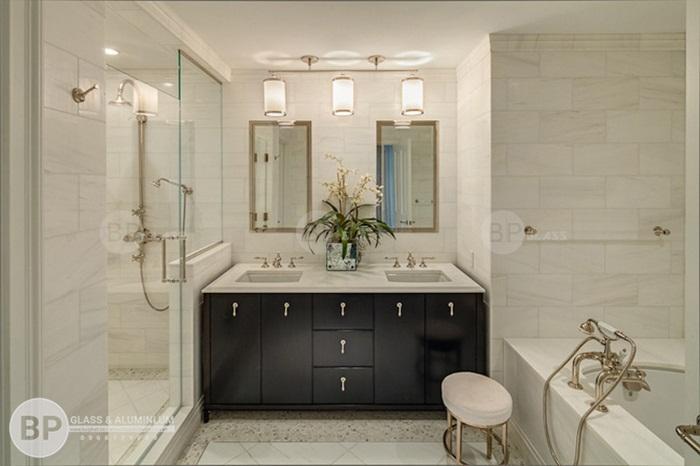 Những lưu ý quan trọng khi sử dụng vách kính trong phòng tắm?