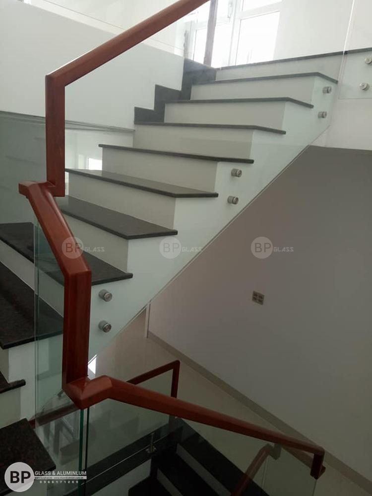 Những mẫu Lan can cầu thang kính đẹp nhất cho mọi ngôi nhà