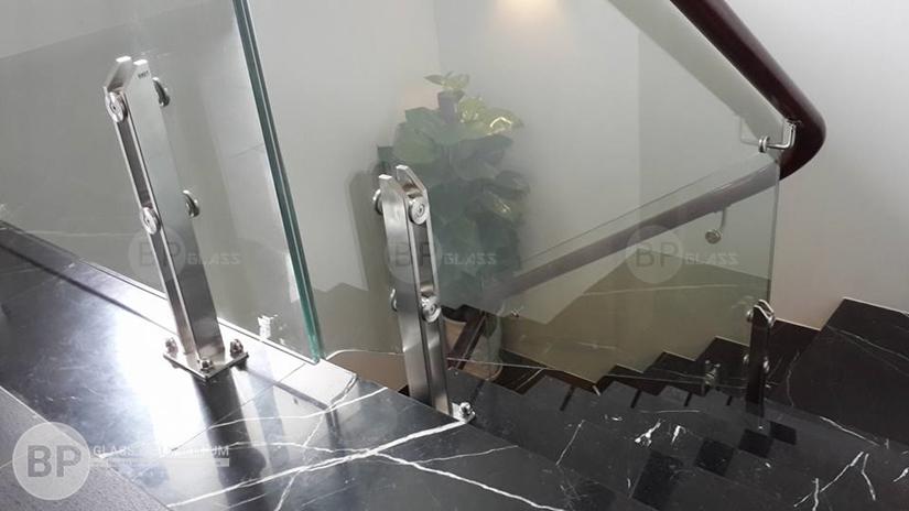 Những vật liệu làm nên các mẫu cầu thang kính cường lực đẹp