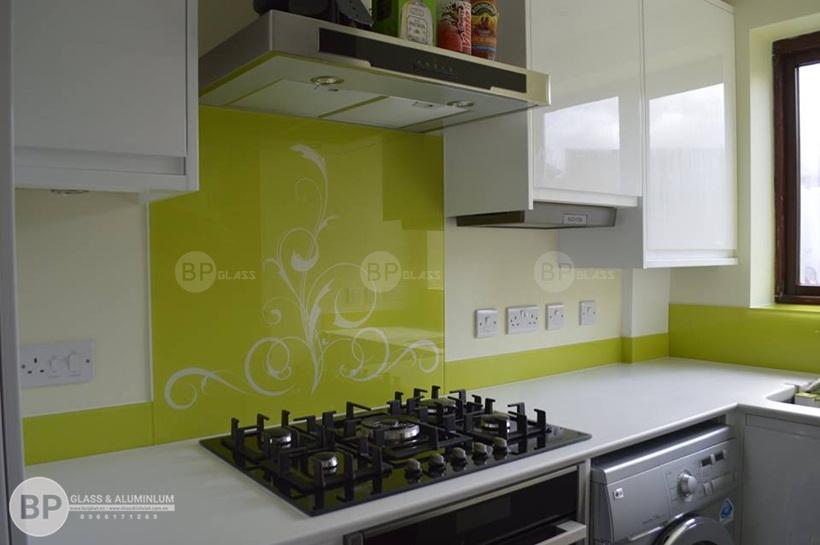 Rước lộc đầy nhà với mẫu kính ốp bếp ánh nhũ kim sa