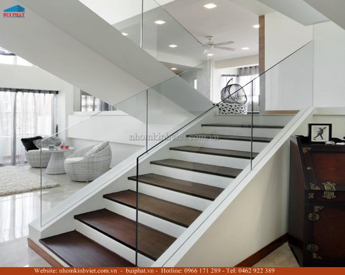Thiết kế cầu thang kính cho không gian sống hiện đại