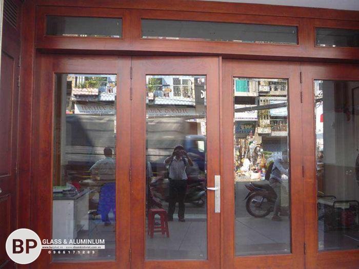 Tìm hiểu 3 loại cửa kính cường lực, cửa gỗ và cửa kính khung gỗ