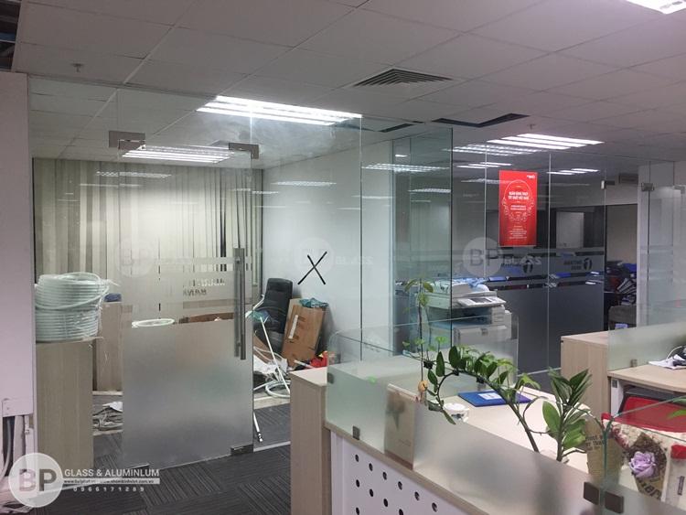 Vách ngăn chia văn phòng bằng kính cường lực hiện đại