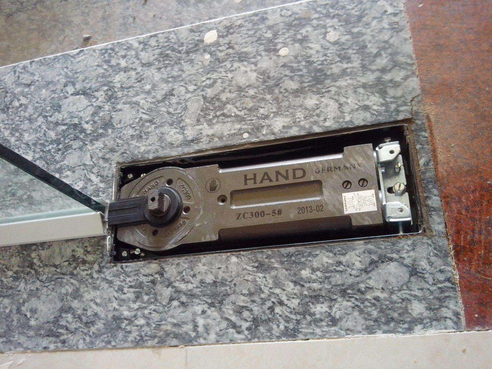 Cửa kính cường lực bản lề sàn