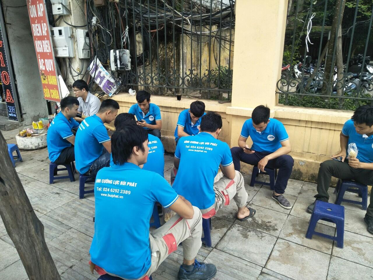 Hình ảnh đội ngũ thợ kính Bùi Phát ngồi  đợi lệnh xuất phát của chủ đầu tư lên công trình