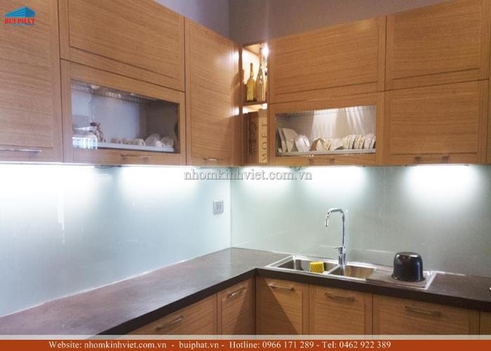 Kính màu ốp bếp, kính ốp tường bếp màu trắng xanh