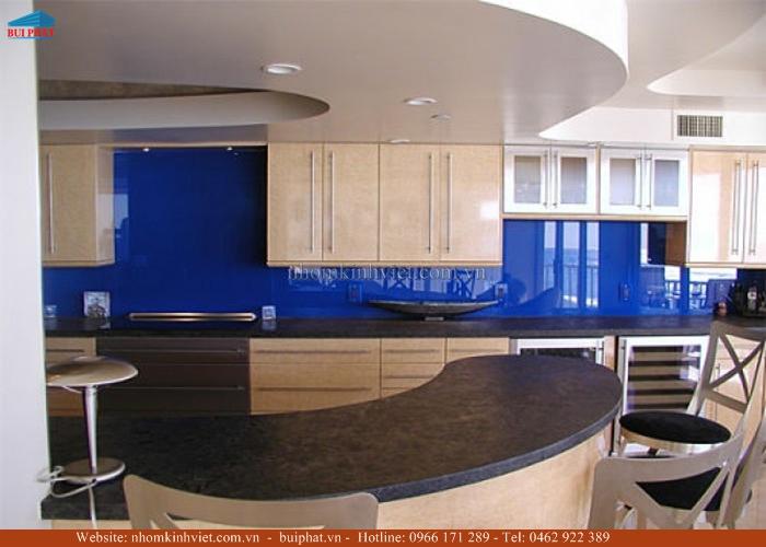 Kính ốp tường bếp màu xanh biển