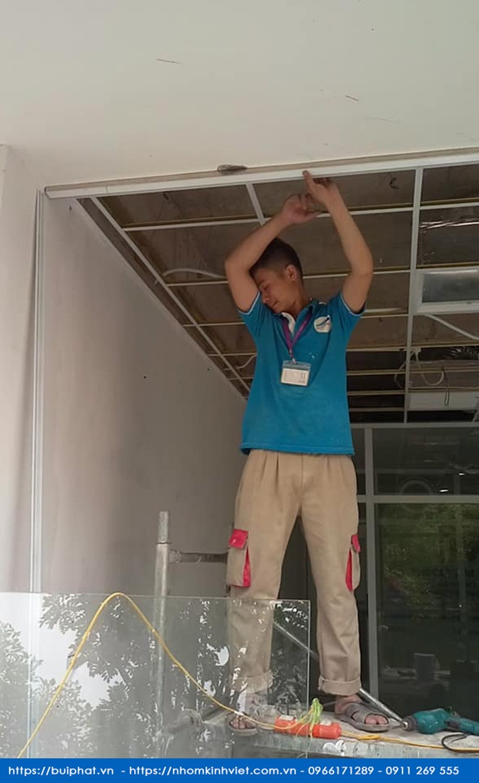 Thi cong vach kinh cuong luc tai truong pho thong lien cap Olympia Trung Van 14