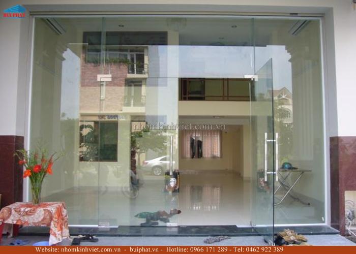 cửa kính mặt tiền phòng khách
