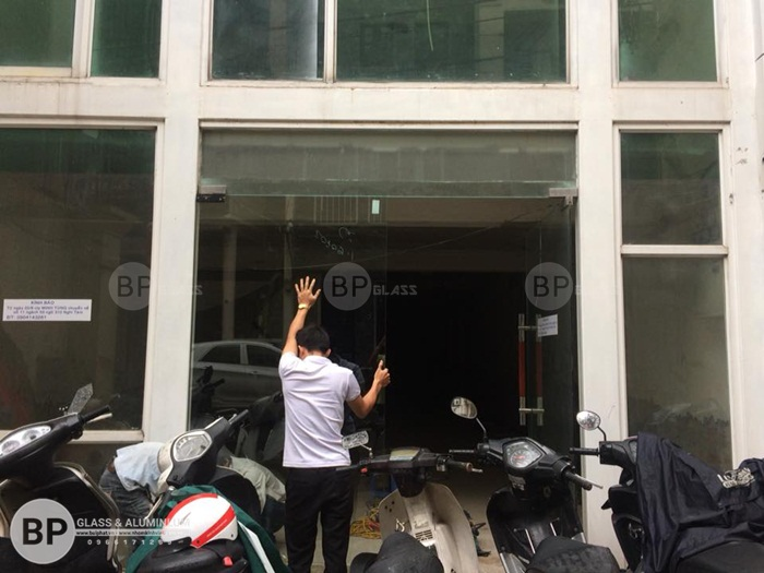 Cửa thủy lực cho tầng 1 tòa chung cư Bùi Thị Xuân
