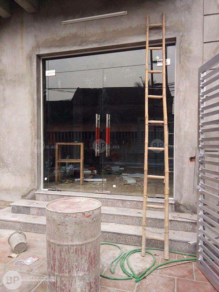 Mẫu cửa thủy lực tay inox bản lề âm sàn hoàn thiện cho nhà vừa chát xong