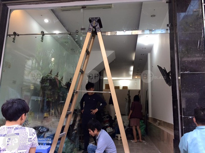 Cải tạo nhà đẹp ngăn lắp với cửa kính cường lực