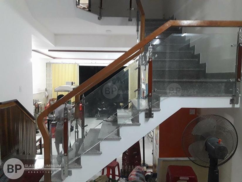 Cầu thang kính cường lực tay vịn gỗ là gì? Cấu tạo và Phân loại?