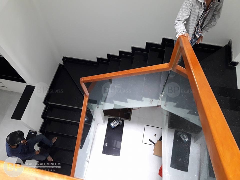 Điểm Lưu tâm khi lắp cầu thang kính bạn nên biết?