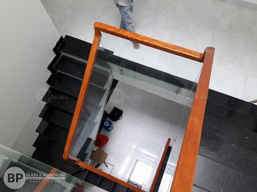 Cầu thang kính cường lực kết nối các không gian ngôi nhà