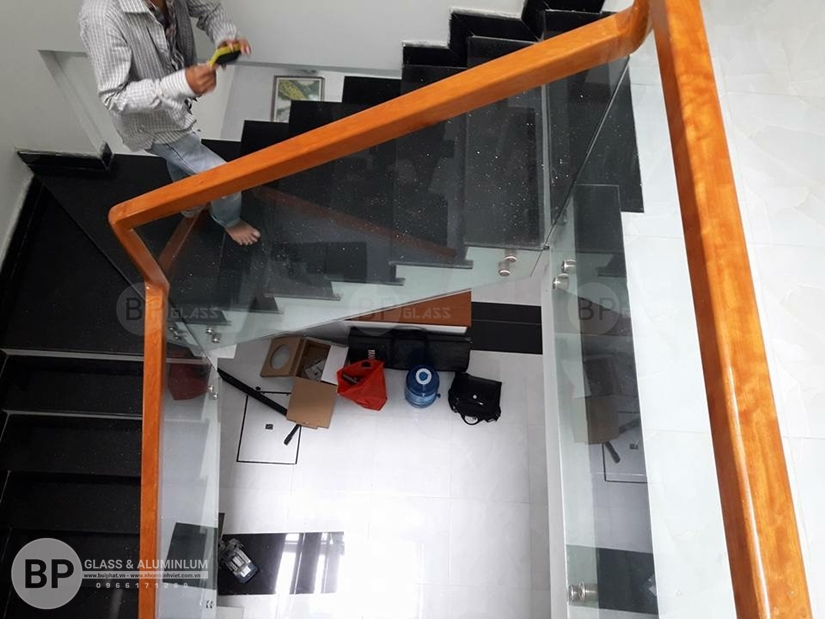 Cấu trúc kiểu dáng và tay vịn cầu thang kính