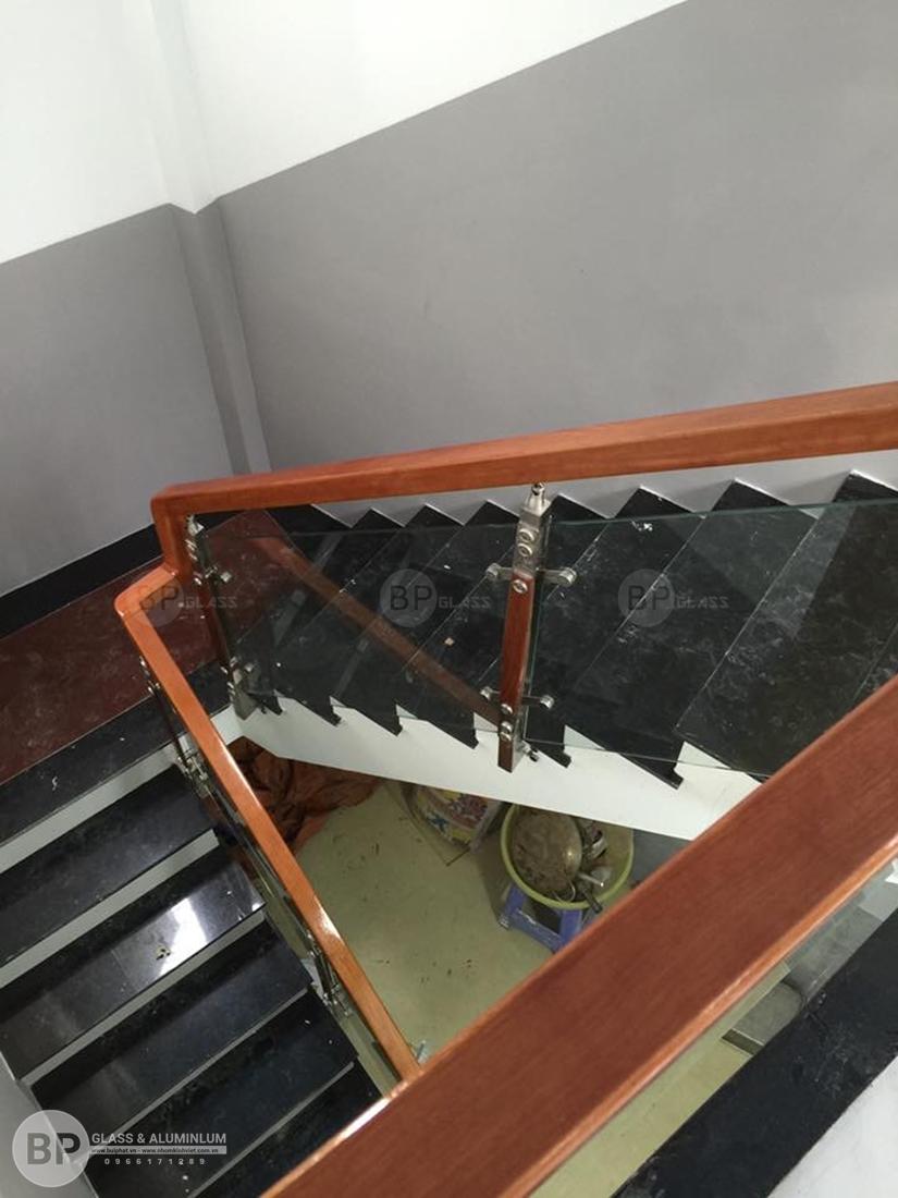 Cầu thang kính cường lực mang sự ĐỈNH CAO của sáng tạo