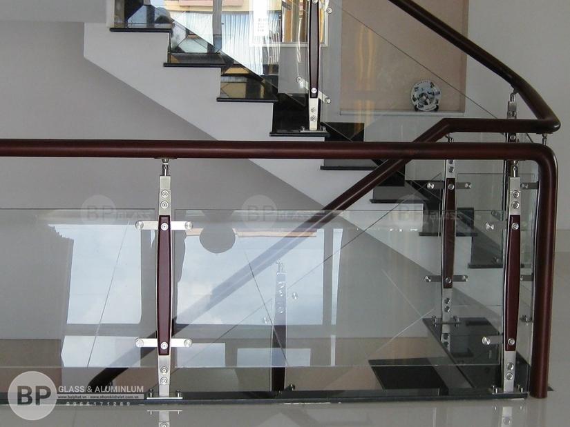 Cầu thang kính – vẻ ấn tượng, sang trọng và chắc chắn khi lắp đặt.