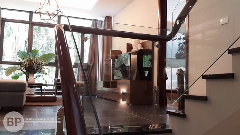 Không gian trẻ trung thanh thoát với cầu thang kính