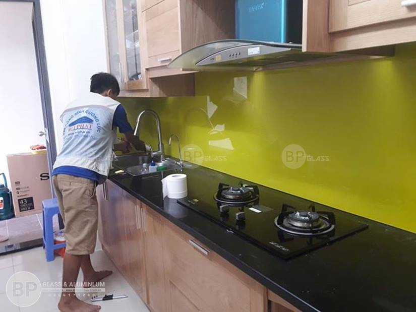Kính ốp tường bếp, ứng dụng của kính sơn màu