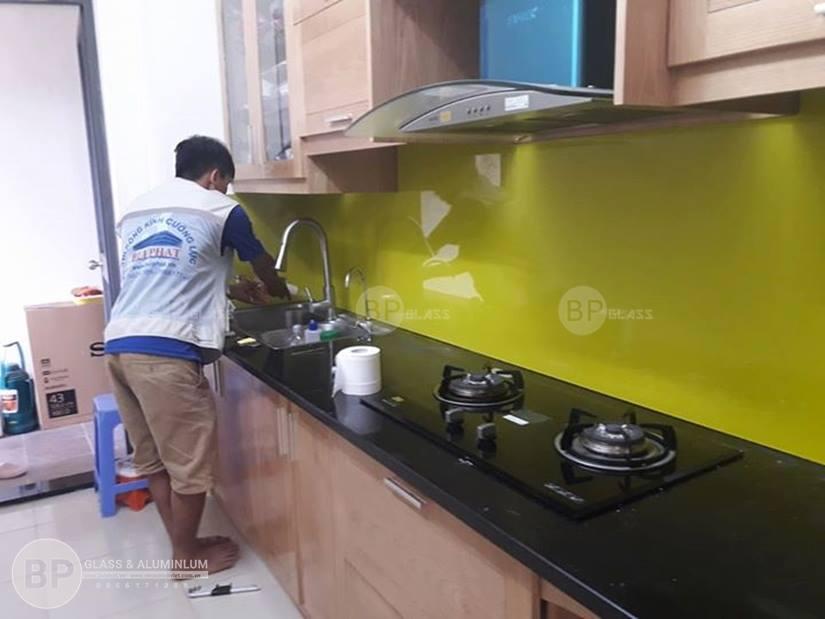Tư vấn cách chọn kính màu ốp bếp đẹp cho khu bếp nhà bạn