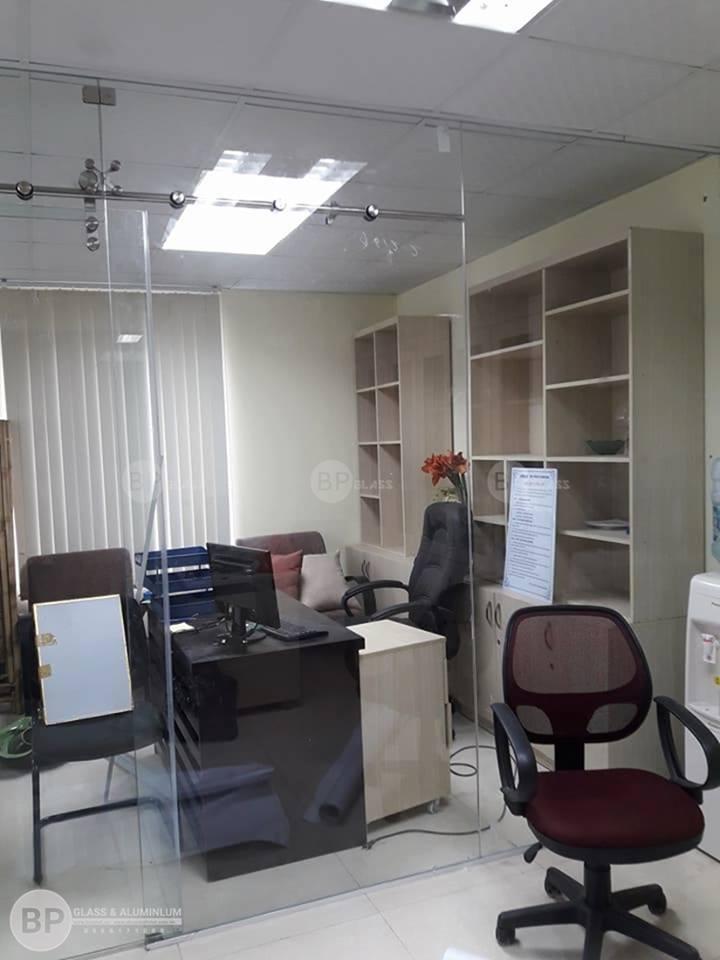 Thi công vách kính cường lực cho văn phòng của bạn ấn tượng hơn