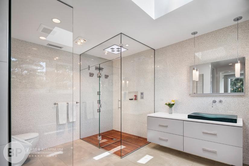 Mẫu vách tắm kính cường lực đơn giản, phổ biến