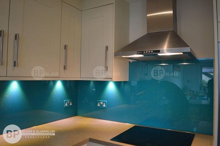 Ứng dụng phong thủy vào căn bếp với kính màu ốp bếp đẹp