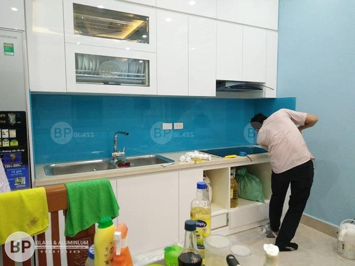 Chọn kính màu ốp tường bếp giá bao nhiêu là hợp lý