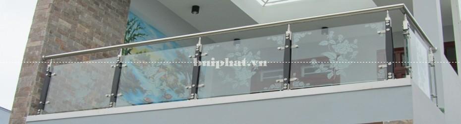 Lan can kính ban công trụ cao cho tòa chung cư, văn phòng, showroom