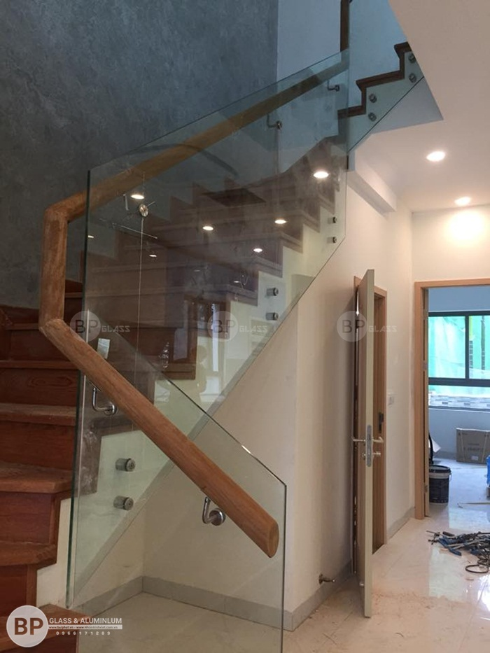Thiết kế cầu thang kính cho biệt thự