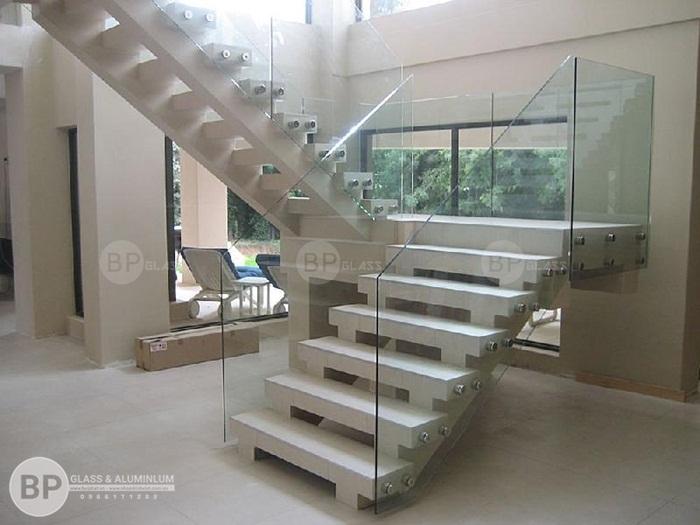 Cầu thang bằng kính cường lực cho phòng khách có diện tích chật hẹp