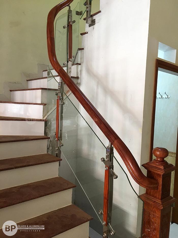 Cầu thang kính– điểm nhấn ấn tượng đầy thẩm mỹ cho ngôi nhà Việt.