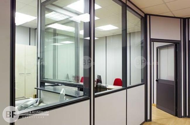 Hệ vách ngăn nhôm kính kèm cửa tại văn phòng cầu giấy