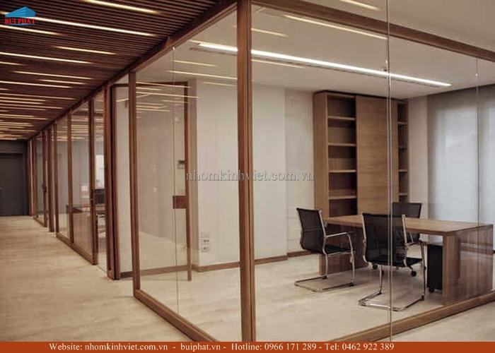 vách kính khung gỗ đẹp